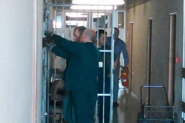 Zamrežované. Dvere sa zrejme otvoria po návrate Mikolaja do práce.