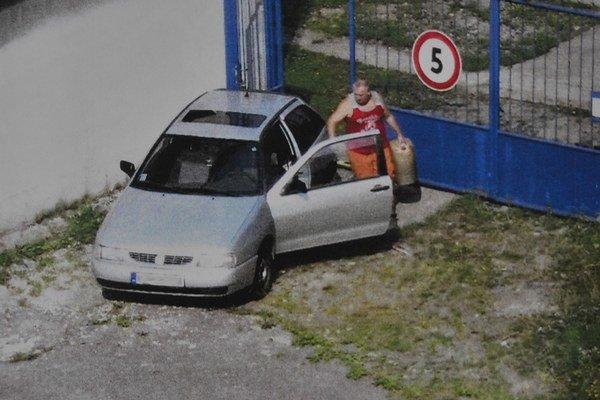 Kamery ich nasnímali. Tovar mizol cez túto bránu.