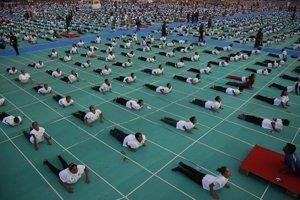 V Indii sa cvičila joga na viacerých miestach, napríklad aj v meste Ahmadabád.