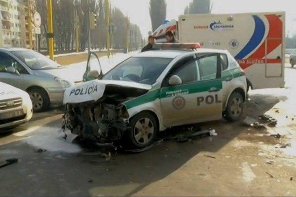 Rozmlátené auto. Policajní mechanici budú mať čo robiť.