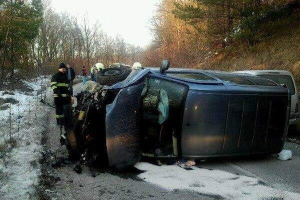 Tesne po nehode. Hasiči pomáhali zraneným a odstraňovali rozbité autá.