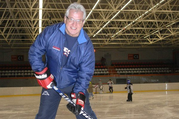 Hokej je jeho život. Aj bez trénerského angažmánu chodí na ľad.