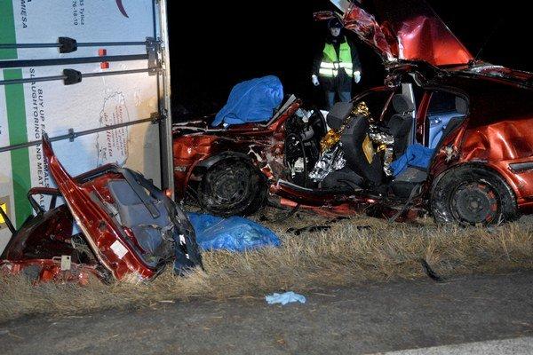 """Križovatka smrti. Dopravná nehoda koncom januára skončila """"len"""" prevráteným autom a zranením vodiča."""