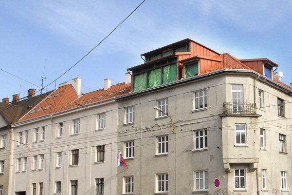 Nadstavba špatí strechu. Dom je kultúrnou pamiatkou v staromestskej lokalite Malá Praha.