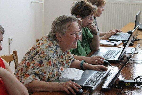 Dôchodcovia. Ani im nie je internet cudzí.