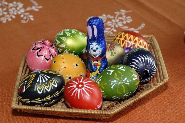 Maľované vajíčka. Symboly Veľkej noci si môžete aj vyrobiť.