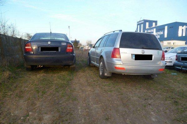 Státie na pozemku oceliarní. Ani to nezaručuje, že nedostanete pokutu od mestskej polície za parkovanie na zeleni.