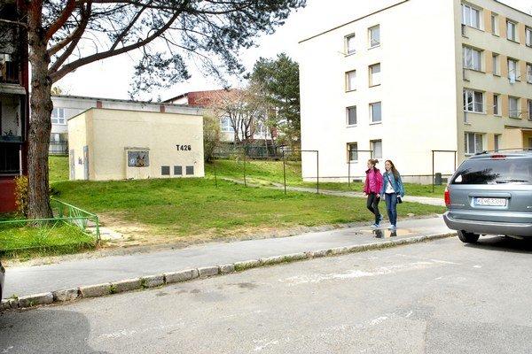 Zelená plocha pri bloku rozdelila obyvateľov v otázke, či sa má zmeniť na parkovisko.