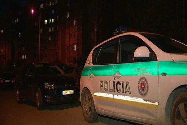 Polícia na Helsinskej. V bloku zasahovali kukláči.