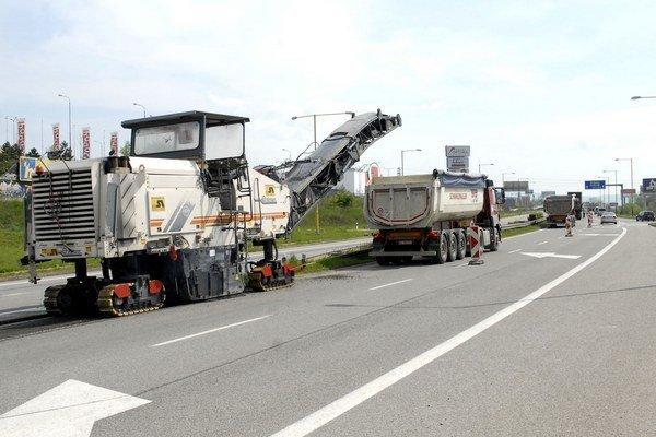 Vymenia asfaltový povrch. Diaľničiari obmedzia dopravu do polovice mája.