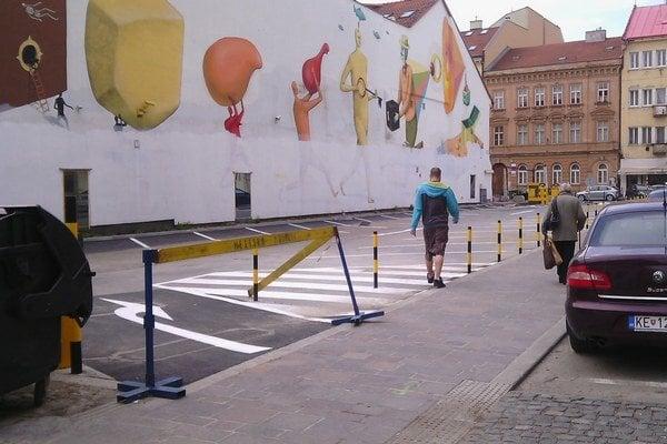 Nový vjazd na parkovisko. Z jednosmernej Vodnej tam vojdete cez eurofondový chodník.
