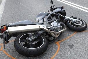 Rozbitá motorka. Jej vodič po šmyku zahynul.