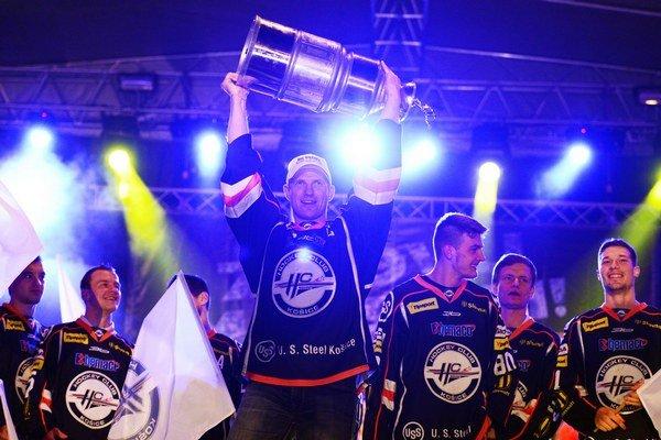 Kapitán Martin Štrbák s víťaznou trofejou.