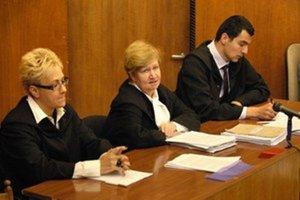 Odvolací senát. Predsedá mu Sarlota Stubeczky (v strede).