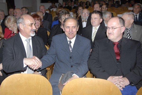 Dvaja z ocenených. Riaditeľ filharmónie Július Klein gratuluje spisovateľovi Karolovi Horákovi.