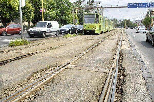 Električky budú jazdiť obmedzene. Počas rekonštrukcií tratí sa musia cestujúci pripraviť na výluky.