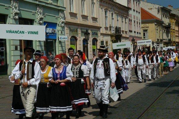 Zemplínčanov boli v sobotu plné Košice. Krojovaný sprievod bol atrakciou pre všetkých.
