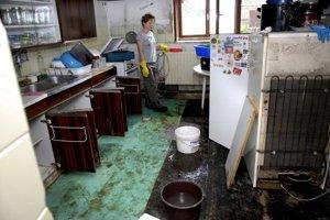 Pani Agáta. Voda jej zničila majetok, dala sa do upratovania.