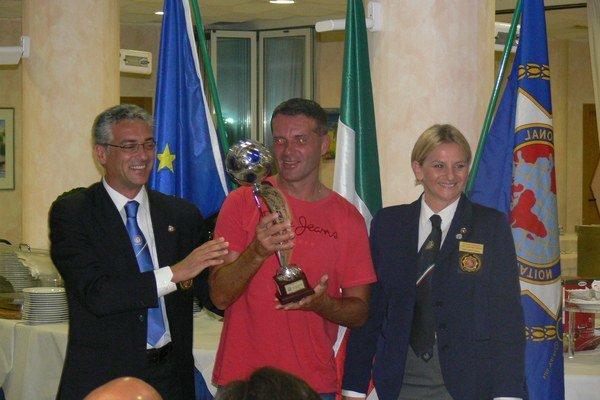 Vladimír Chovaník (v strede). Preberá z rúk svojich talianskych kolegov pohár najlepšieho strelca.