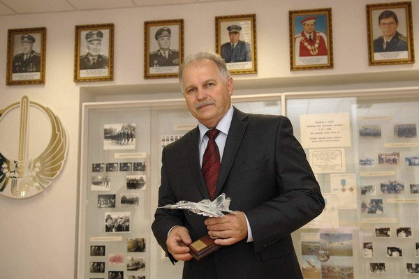 Dekan František Adamčík. Fakulta vychovala aj kozmonautov.