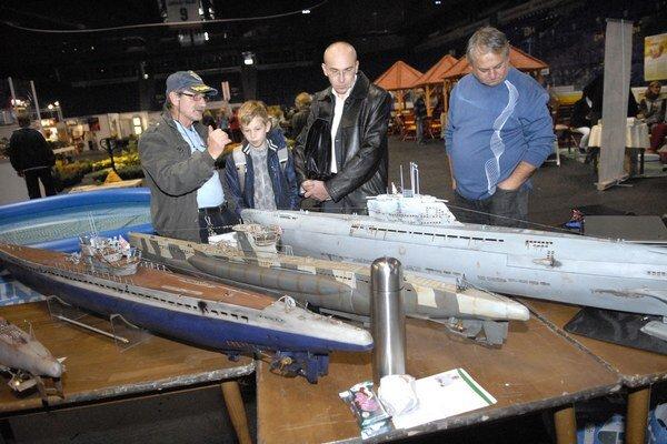 Hitom deviateho ročníka výstavy sú ponorky. Diskutovali nad nimi najmä chlapi.