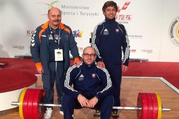 Momentka z Poľska. Richard Tkáč (sedí na činke) a jeho dvaja tréneri, Štefan Korpa (vľavo) a Rudolf Lukáč.