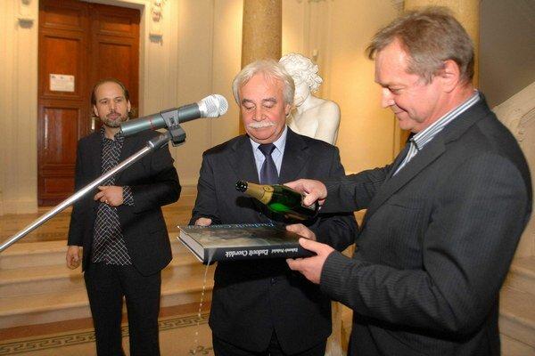 Slávnostný akt krstu. Knihu uviedli v múzeu do života v týchto dňoch. V strede autor Ľ. Podušel.