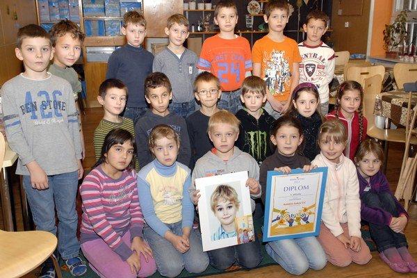 Oddaní spolužiaci. V rukách majú Leovu fotku a ocenenie za Detský čin roka.FOTO: JUDY