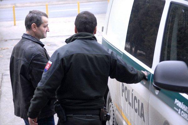 Eskorta s Vitaliom. Zo súdu ho odváža do väznice na Floriánskej ulici.