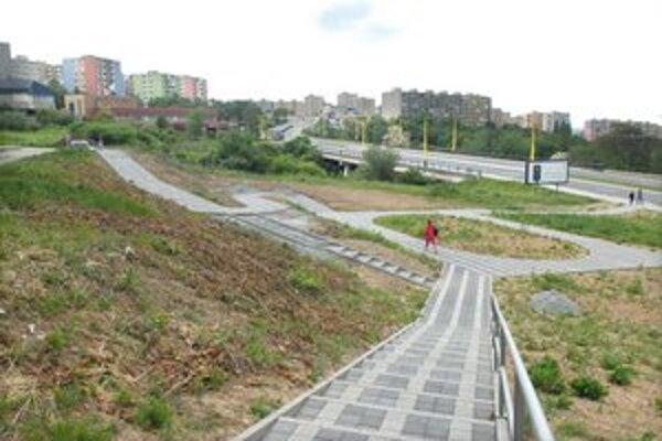 Nový park. Zatiaľ robia chodníky, neskôr pribudne aj zeleň.