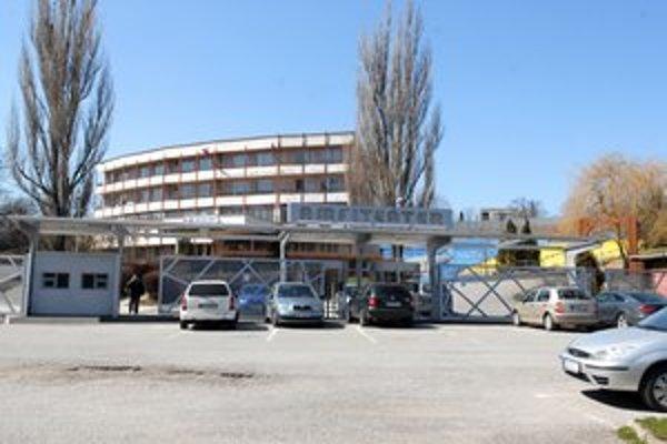 Amfiteáter sa predražil o vyše 200–tisíc. Podiel mesta sa dodatkami vyšplhal na 27 % rozpočtu stavby.