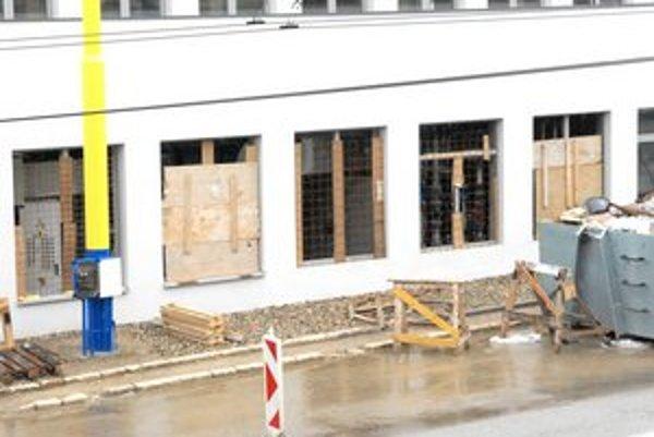 """Všetko je už hotové.... Aj chýbajúce okná zrejme patria len do kategórie """".vady a nedorobky""""."""
