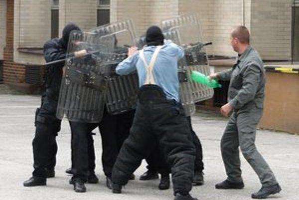 Zásah proti výtržníkom. Proti kukláčom nemali šancu.