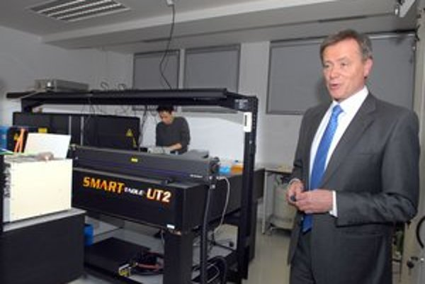 Profesor Miškovský v jednom z laboratórií. V ňom vyvíjajú nanosenzory na detekciu liečív v bunkách.