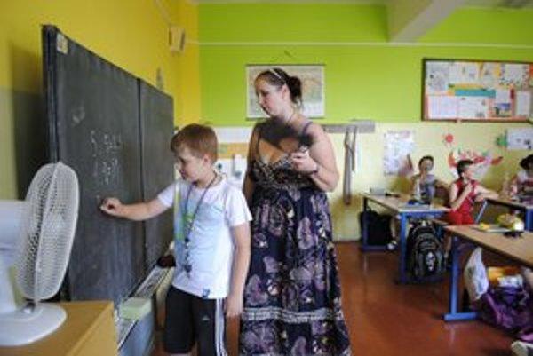 Učiteľka s vejárom. Lucia Kysilková s deťmi vyrobila aj provizórne vejáre.