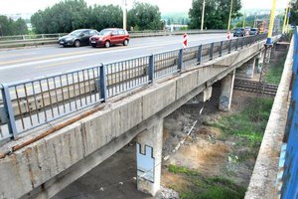 """Časť mosta akoby """"sadala"""". Môžu za to deformované stĺpy."""