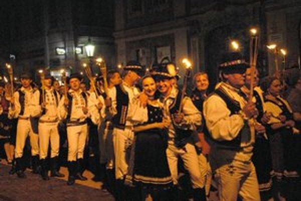 Fakľový sprievod mestom oživil piatkový večer. K folklórnym skupinám s fakľami sa pridávali aj okoloidúci.