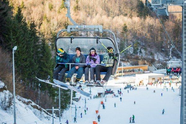 Oteplenie zatiaľ lyžiarskym strediskám neprekáža.