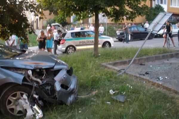 Nehoda. Peugeot sa valil ako tank, ničil všetko, čo mu prišlo do cesty.