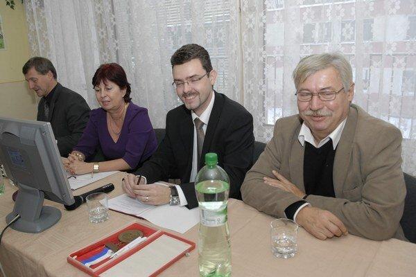 Starosta a miestny kontrolór. J. Andrejčák  (vľavo) si zmrazil plat, O. Ivanko zarobí o 43 eur viac.