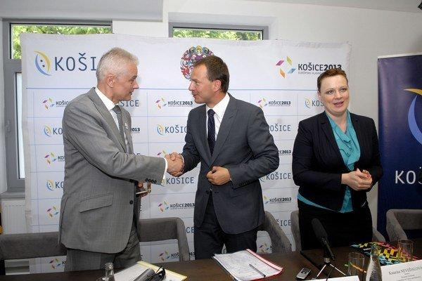 Tlačovka pred stredajším odletom europoslancovZľava viceprimátor Jakubov a europoslanci Borys a Neveďalová.
