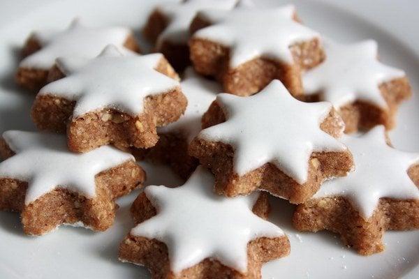 Na Poctivých vianočných trhoch v Košiciach si deti ozdobia vlastné medovníky.