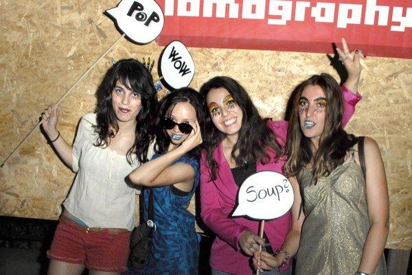 Zahraničné študentky. O Warholovej párty sa dozvedeli z internetu.