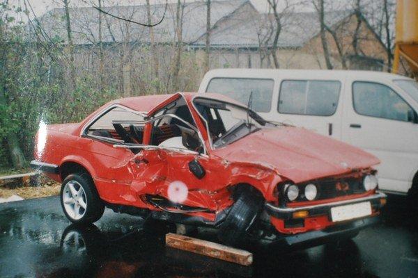 Matejovo BMW po nehode. Spolujazdci utrpeli vážne zranenia.