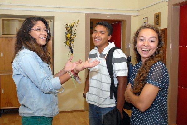Študenti. Zľava: Bruna Meyrelles de Melo z Brazílie, Luis Samuel Perez Curmona z Mexika a Emma Mosser z USA.