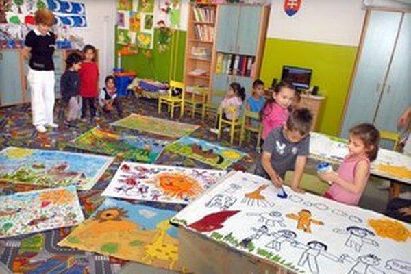 Škôlkari z Lunika IX maľujú radi.
