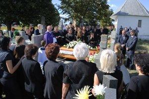 Posledná cesta. Babičku Teréziu uložili k večnému odpočinku na miestnom cintoríne.