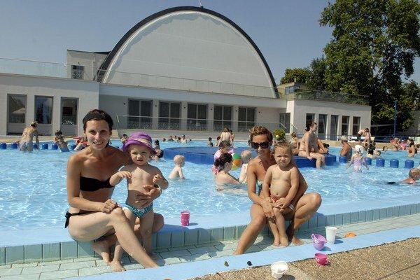 Tropické horúčavy a plné bazény. Pre túto sezónu sú minulosťou.