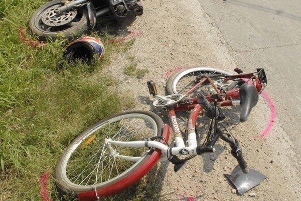 Osudná zákruta v Geči. Motocykel oba bicykle zošrotoval.