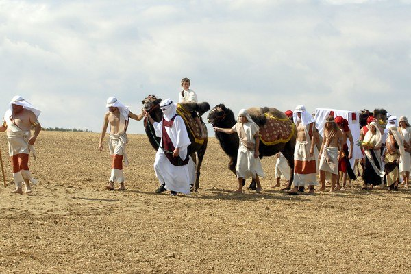 """Kechnecký Jeruzalem. Karavána s kráľovnou Sibylou a darmi """"prichádza"""" za kráľom Šalamúnom. Ilúziu púšte vytvorili zasypaním ornice vyše 10 tonami piesku. Aby to vyzeralo dobre, prizvali i zopár zápasníkov s vytrénovanými telami."""